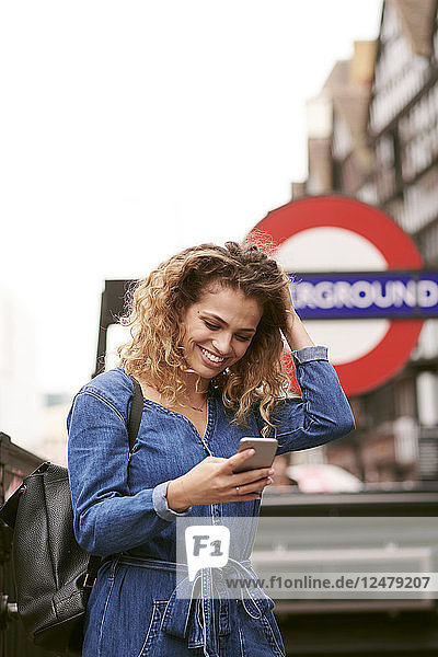 Junge Frau hält Smartphone