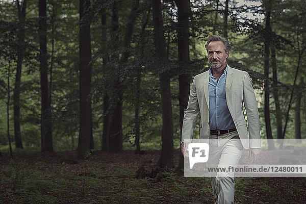 Älterer Mann im Anzug im Wald