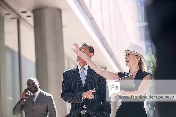Geschäftsleute auf der Baustelle