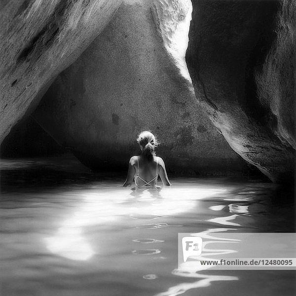 Frau im Wasser in einer Höhle