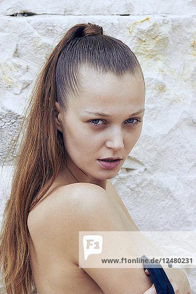 Porträt einer jungen Frau an einer Felswand