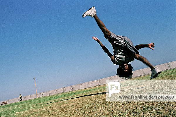 Mann übt Capoeira