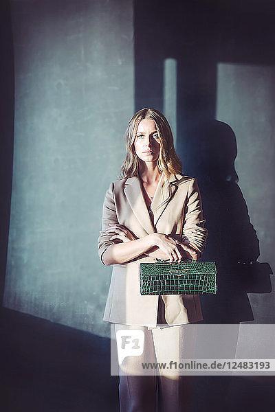 Junge Frau mit Blazer und Handtasche
