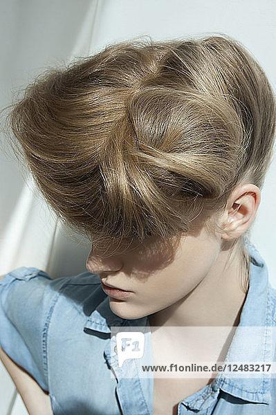 Junge Frau mit Toupierten Haaren