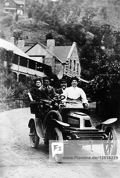 A 1 cylinder De Dion car and passengers  1904. Artist: Unknown