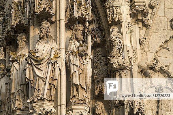 Stein Figuren am Portal des Dom St. Peter in Regensburg  Bayern  Deutschland  Europa | stone figures at the gate to Regensburg Cathedral in Regensburg  Bavaria  Germany  Europe.