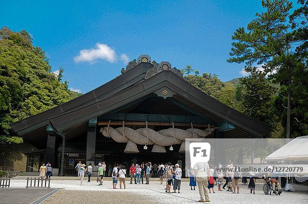 Izumo Taisha Shrine in Shimane  Japan. To pray  Japanese people usually clap their hands 2 times  but for this shrine with the different rule  they have to clap hands 4 times instead.
