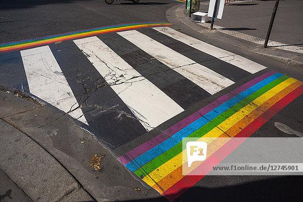 Zebrastreifen mit Regenbogenfahne  Marais  Paris  Frankreich  Europa