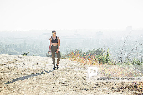 Frau geht auf dem Hügel