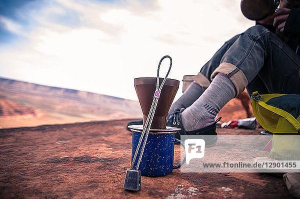 Bergsteiger beim Kaffeekochen  Desert Towers  Indian Creek  Moab  Utah  USA