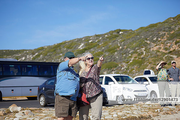 Touristen  die in die Ferne zeigen  Kapstadt  Westkap  Südafrika
