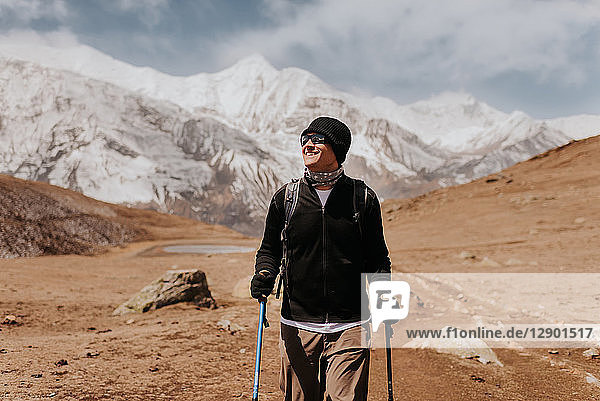 Wanderer auf der Spur  Annapurna Circuit  Himalaya  Manang  Nepal