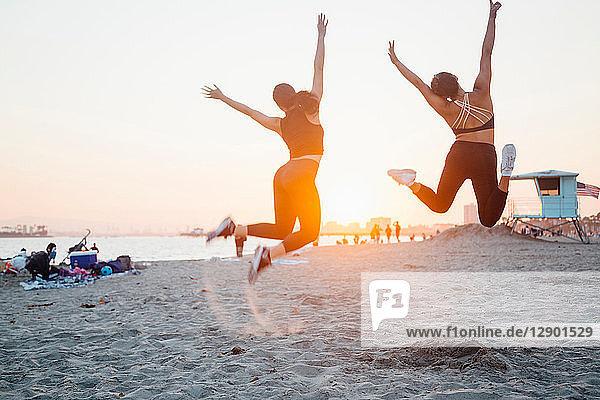 Freunde springen am Strand  Long Beach  Kalifornien  USA