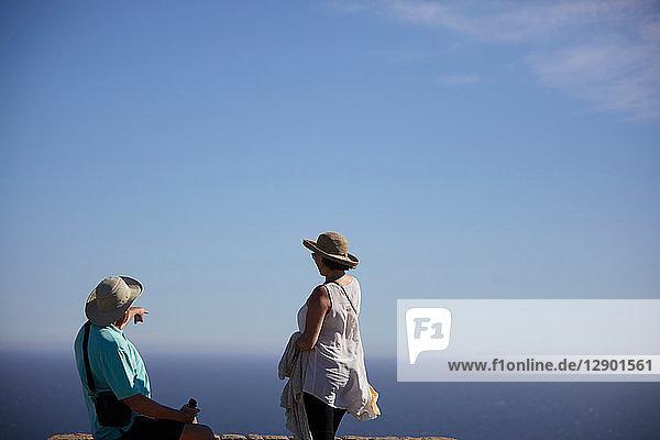 Touristen  die in die Ferne zeigen und in die Ferne schauen  Kapstadt  Westkap  Südafrika