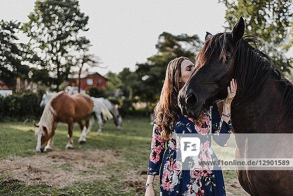 Frau küsst Pferd