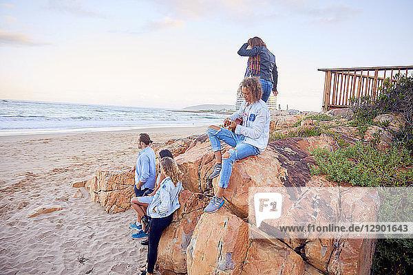 Freunde entspannen am Strand  Plettenberg Bay  Western Cape  Südafrika