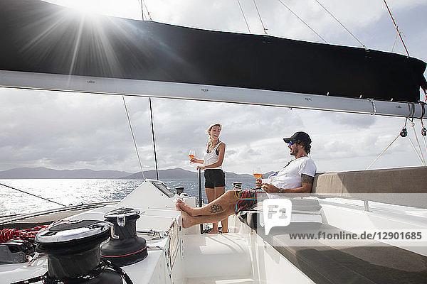 Mann und Frau beim Segeln  Britische Jungferninseln