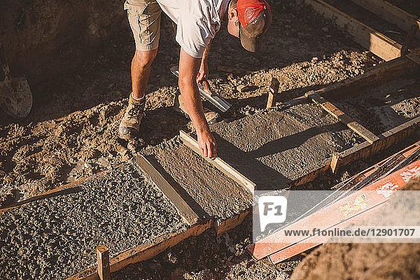 Bauunternehmer legt Zementfundament