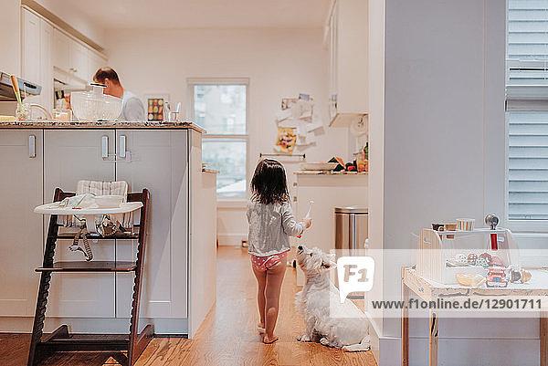 Mädchen geht in der Küche zum Vater