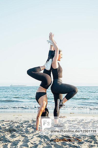 Freunde machen Übungen am Strand