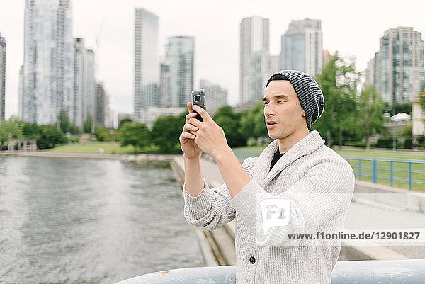 Junger Mann beim Fotografieren am Deich  Yaletown  Vancouver  Kanada