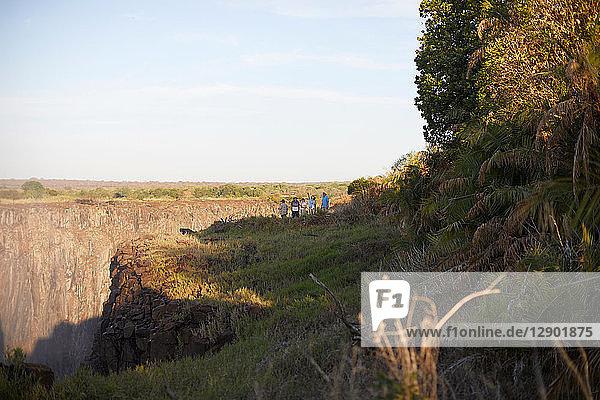 Touristen auf dem Klippengipfel  Victoriafälle  Simbabwe