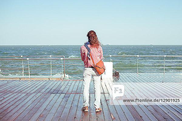 Person mit Blick aufs Meer