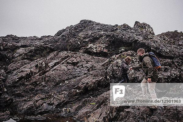 Vater und Kind gehen auf Felsen  Tofino  Kanada