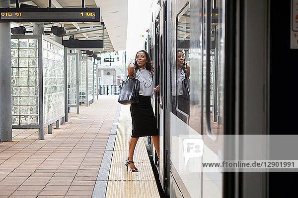 Geschäftsfrau steigt in den Zug ein