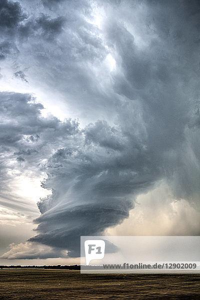 Niederschlagsarmer Superzellen-Sturm dreht sich in der Nähe von Meno  Oklahoma
