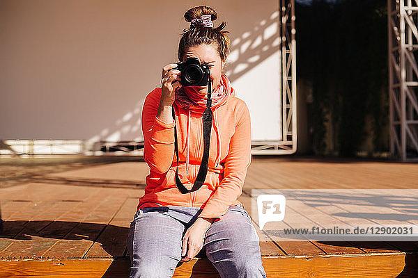 Frau auf der Bühne  die fotografiert