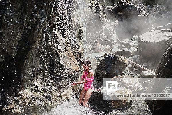 Mädchen spielt im Wasserfall  Tofino  Kanada
