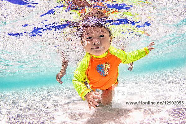 Babyschwimmen im Ozean