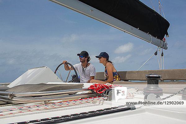 Mann und Frau auf Segelboot  Britische Jungferninseln