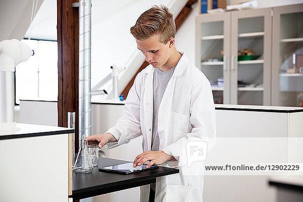 Student verwendet digitales Tablett im Labor