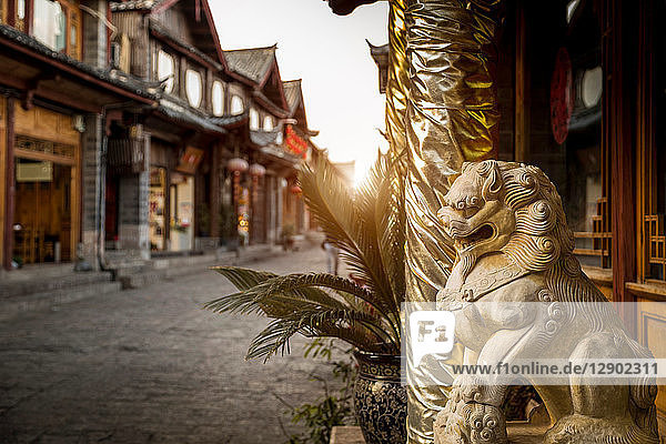 Altstadt von Lijiang bei Sonnenaufgang  Yunnan  China