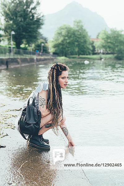 Frau am Seeufer