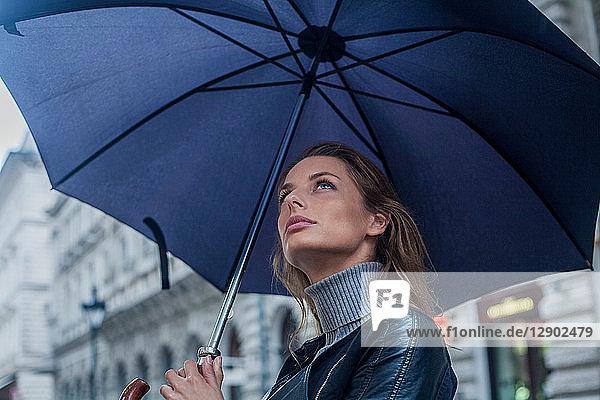 Frau mit Regenschirm beim morgendlichen Pendeln  Budapest  Ungarn