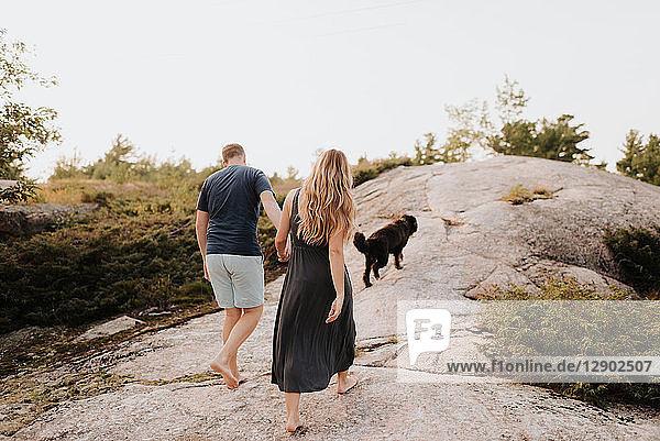 Spaziergang eines Paares mit einem Hund  Algonquin Park  Kanada