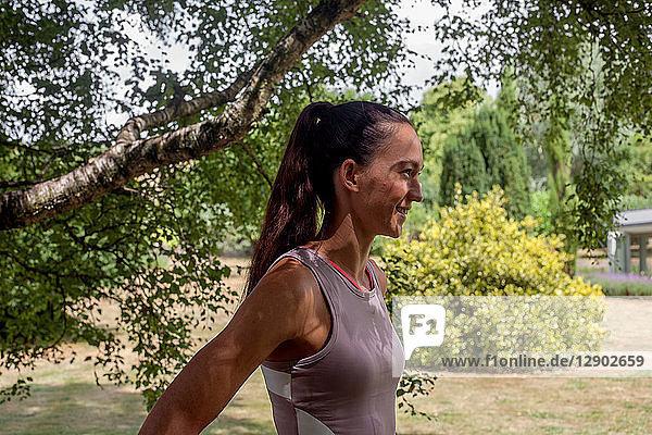 Frau praktiziert Yoga im Garten  macht eine Pause