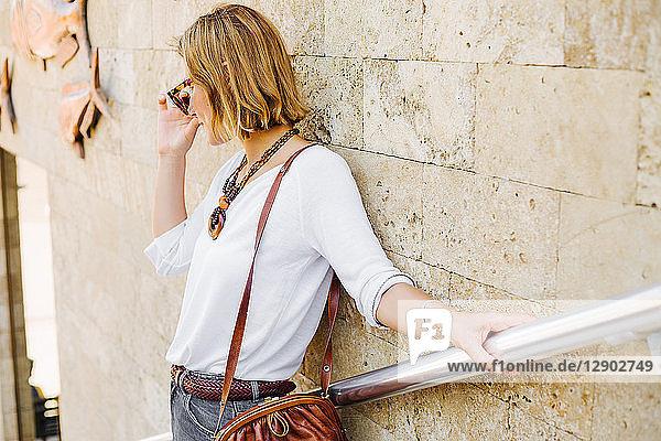 An Steinmauer gelehnte Frau