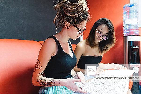 Tätowierer  der den Kunden im Salon bedient