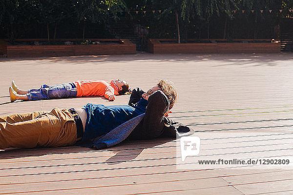 Paar beim Entspannen auf Holzterrasse