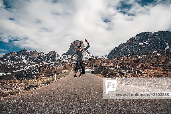 Mann springt auf Straße  Francenigo  Veneto  Italien