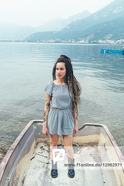 Frau im Boot auf dem See  Como  Lombardei  Italien