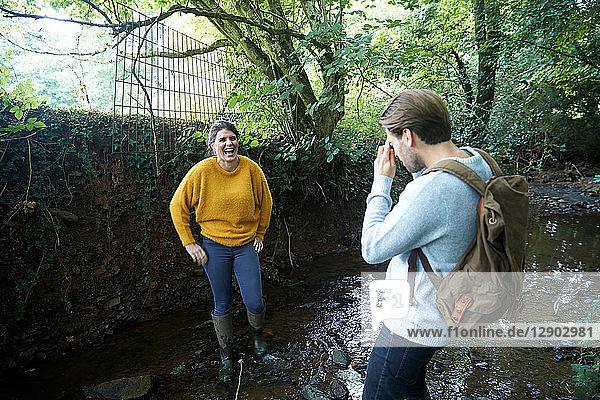 Wandererpaar beim Fotografieren im Strom