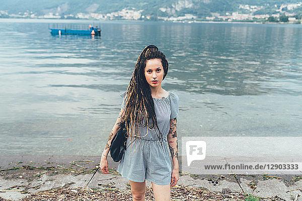 Frau am Seeufer  Como  Lombardei  Italien