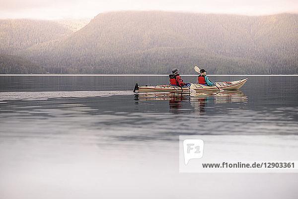 Freunde beim Kajakfahren auf dem See  Johnstone Strait  Telegraph Cove  Kanada