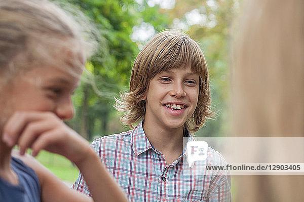 Freunde lachen im Park