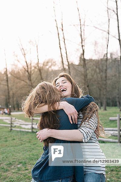Glückliche Freundinnen im Park